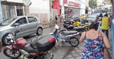 Rua Comendador Custódio Vieira, uma das mais movimentadas do Centro de Lorena; cidade aprovou Zona Azul, que foi barrada em 2017 (Foto: Arquivo Atos)