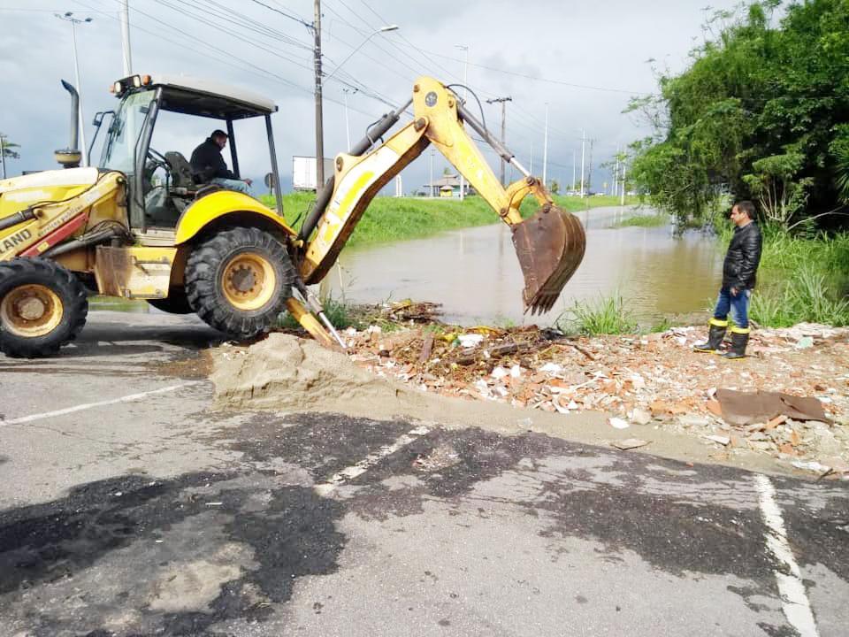 Ação para liberação de via em Caraguatatuba; Ubatuba registra desabrigados e situação preocupa prefeituras para chuvas nos próximos dias (Foto: Reprodução PMC)
