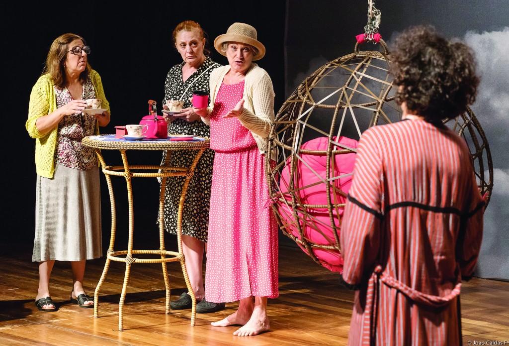 """Trecho da peça """"Chá e Catástrofe"""" da companhia Scena Produções, que está em cartaz em Lorena (Foto: Divulgação)"""