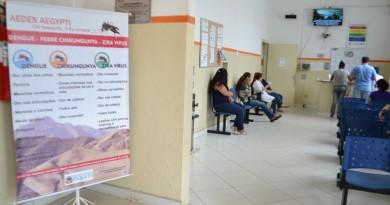 Placa na entrada do hospital de Piquete alerta para cuidados com a dengue; cidade faz parte de grupo de municípios que sofrem com a doença (Foto: Jéssica Dias)