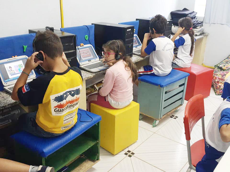 Crianças da rede pública de Guaratinguetá aprendem inglês em aula da nova parceria em Guaratinguetá (Foto: Reprodução PMG)