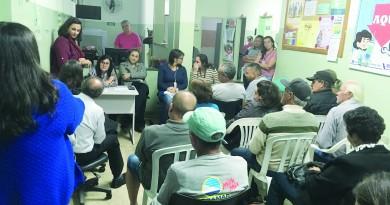 Secretária de Saúde de Guaratinguetá, Maristela Macedo, ouve pedidos de moradores da Rocinha por melhor atendimento no PSF (Foto: Leandro Oliveira)