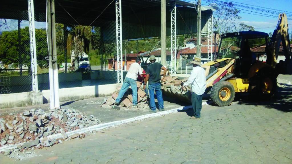 Obra de recuperação de quadra esportiva em Silveiras; local estava há duas décadas à espera de reforma (Foto: Divulgação PMS)