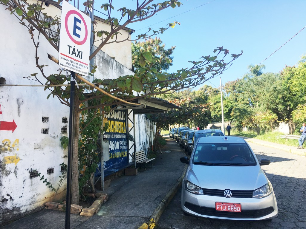 Ponto em Cachoeira; taxistas e Prefeitura divergem sobre valores (Foto: Jéssica Dias)