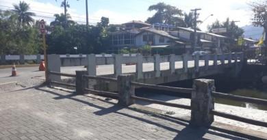 Principal acesso para o centro comercial de Ubatuba, ponte da Barra da Lagoa recebe obras de recuperação; investimento de quase R$ 260 mil (Foto: Reprodução PMU)