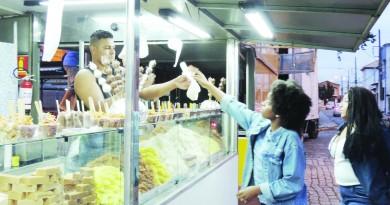 Jovens compram a famosa cocada da Festa da Padroeira, que começa nesta terça-feira; edição 2019 tem shows de nomes da MPB (Foto: Arquivo Atos)