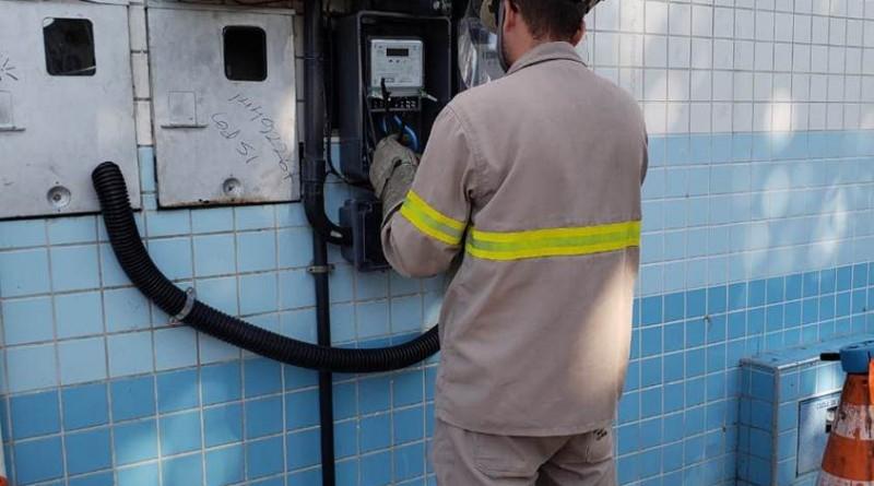 Técnico da EDP durante vistorias externas; Companhia registra alto índice de fraudes de energia na região (Foto: Reprodução)