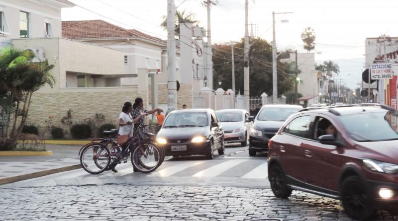 Trânsito em frente ao Pronto Socorro de Lorena; programa com participação do Detran auxilia na estrutura e organização regional (Foto: Rafaela Lourenço)