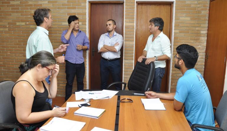 Prefeito Délcio Sato em reunião com Anibra; parceria planeja construção de áreas esportivas (Foto: Reprodução PMU)