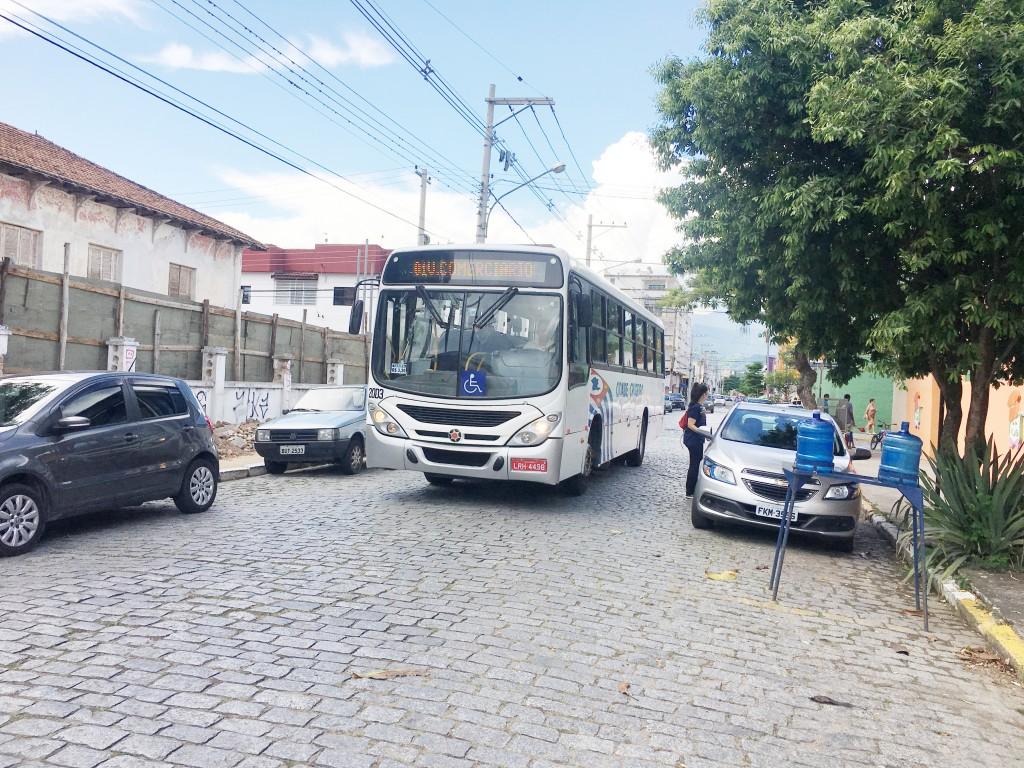 Ônibus do transporte público em rua da região central de Cruzeiro; ABC segue responsável pelo serviço (Foto: Arquivo Atos)