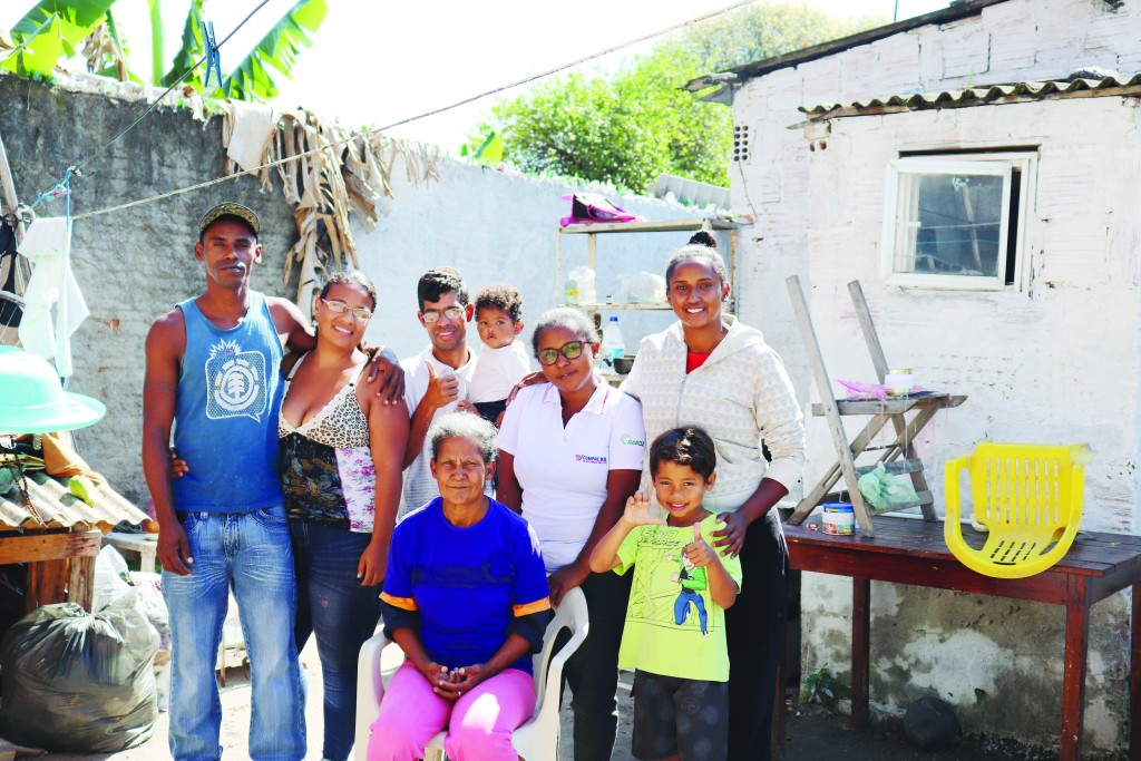 Família atendida pelo projeto Casa Real, formado por universitários; casa, conforto e assistência financeira (Foto: Marcelo dos Santos)