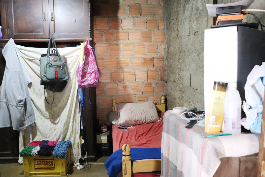 Cômodo da casa de família beneficiada com o projeto Casa Real (Foto: Marcelo dos Santos)