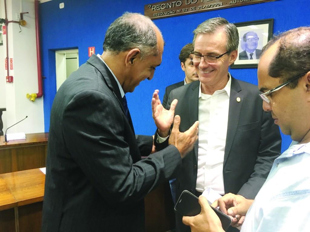 O prefeito Marcus Soliva (ao centro) que retirou o projeto da Câmara; Prefeitura tenta emplacar banco de horas para servidores (Foto: Arquivo Atos)