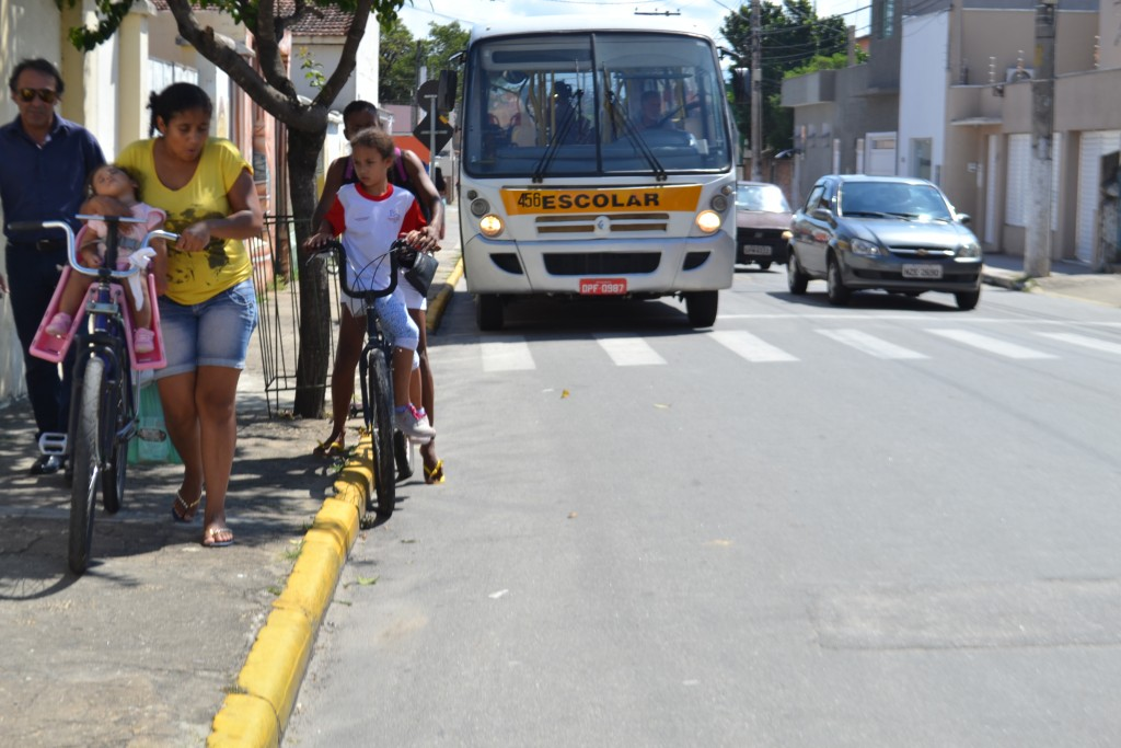 Ciclista em uma das principais ruas de Cachoeira Paulista; andar na contramão terá penalidades no município (Foto: Arquivo Atos)