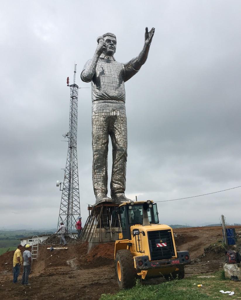 A estátua do Padre Léo instalada em Cachoeira Paulista; monumento deve ser inaugurado em dezembro (Foto: Jéssica Dias)