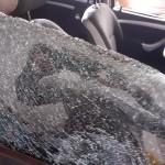 Jovens tem o carro atacado em rua fechada próxima ao Unisal