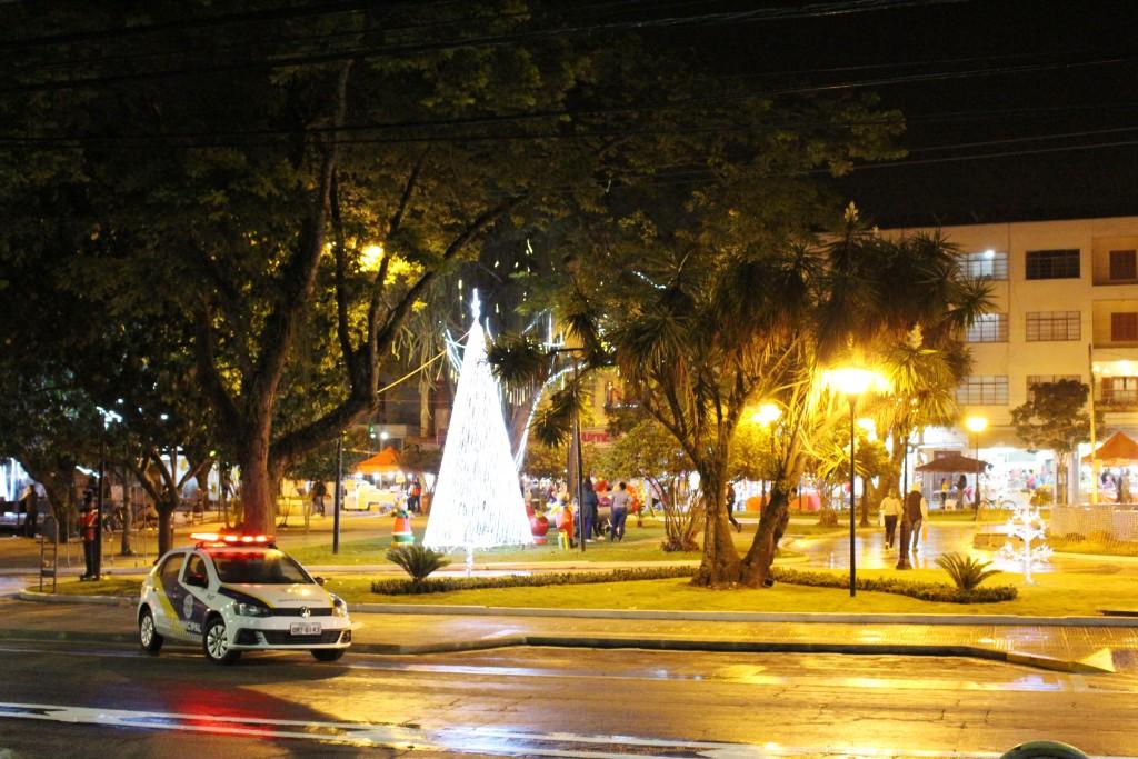 Decoração de Natal em praça central de Pinda; cidade dá início à programação para a data no município (Foto: Arquivo Atos)