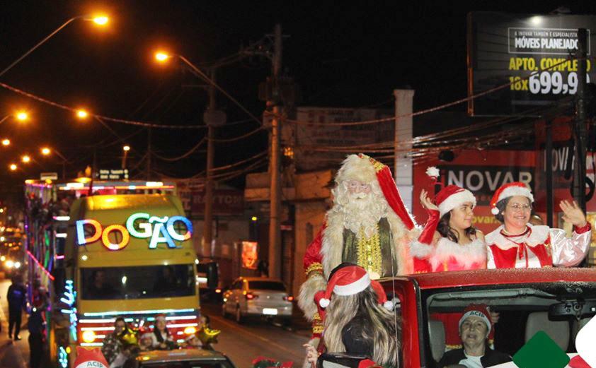 Papai Noel já passou pelas ruas de Pinda; comerciantes acreditam em faturamento 3% maior com o Natal (Foto: Reprodução PMP)