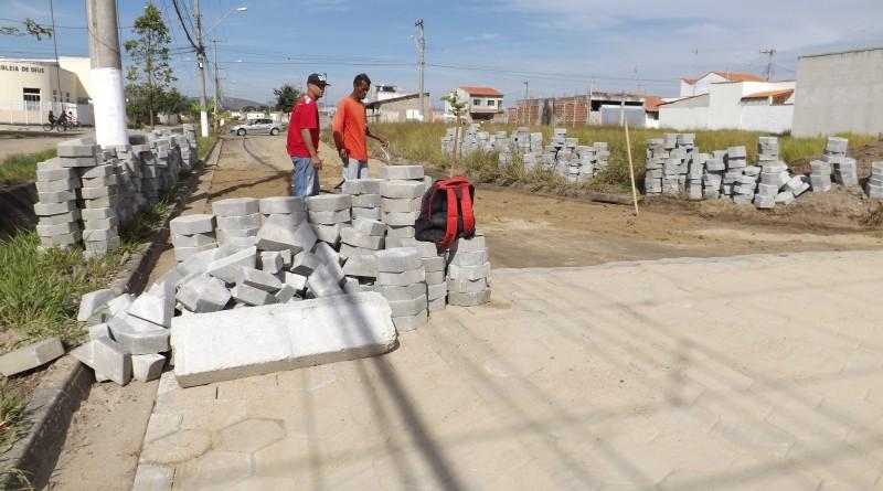 Serviço de pavimentação em uma das principais vias do Jardim Primavera; bairro terá conclusão de calçamento (Foto: Reprodução PML)