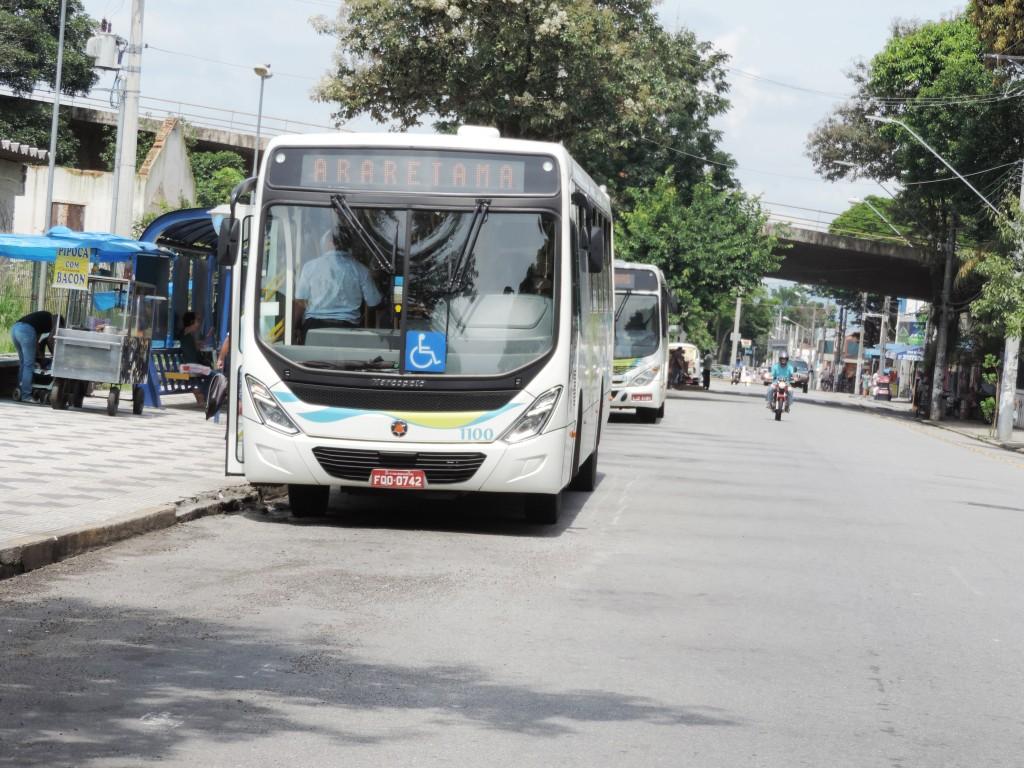 Ônibus da linha Araretama, em um dos principais pontos da cidade; Viva Pinda cobra maior fiscalização e Justiça ordena ação da Prefeitura (Foto: Arquivo Atos)