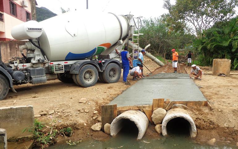 Obra de recuperação de sistema de esgoto em Ubatuba; prefeito busca empréstimo para saneamento (Foto: Reprodução PMU)