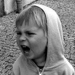 Meu filho grita sempre quando contrariado! O que fazer?