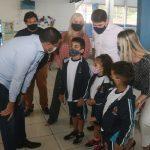 Caraguá entrega mais de vinte mil kits de uniformes e materiais escolares